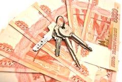 Bankbiljetten en huissleutels Stock Foto's