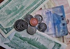 Bankbiljetten en muntstukken stock foto