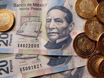 bankbiljetten en muntstukken van Mexicaanse peso's, achtergrond en textuur Stock Fotografie