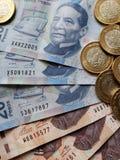 bankbiljetten en muntstukken van Mexicaanse peso's, achtergrond en textuur Stock Afbeelding