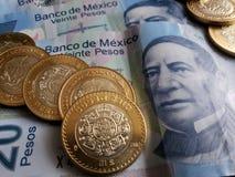 bankbiljetten en muntstukken van Mexicaanse peso's, achtergrond en textuur Stock Foto's