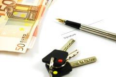 Bankbiljetten, sleutels en een pen Royalty-vrije Stock Afbeeldingen