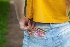 Bankbiljetten in uw zak, euro in jeans Royalty-vrije Stock Foto's