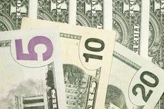 Bankbiljetten van 5.10.20 Amerikaanse dollars die door een ventilator liggen Royalty-vrije Stock Afbeelding