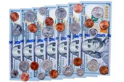 Bankbiljetten van honderd dollars en vele muntstukken Vlakke mening Stock Foto's