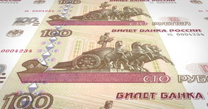 Bankbiljetten van honderd roebelsrussen die op het scherm, contant geldgeld, lijn rollen stock footage