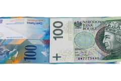 Bankbiljetten van 100 PLN en Zwitserse frank Stock Foto's