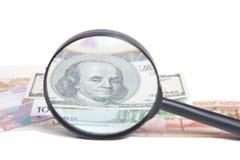 Bankbiljetten van verschillende landen onder een vergrootglas isolat Stock Afbeelding