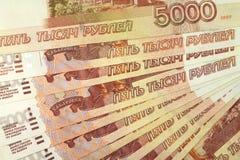 Bankbiljetten van vijf duizend Russische roebelsachtergrond Stock Afbeeldingen