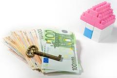 Bankbiljettenstapel, Miniatuurhuis en Sleutel Royalty-vrije Stock Foto's