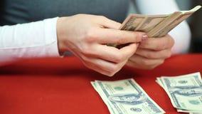Bankbuchhalter, der Geld zählt und den Arbeitskräften Gehalt gibt Finanzierung und Budget stock video footage