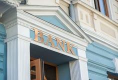 Bankbyggnad med tecknet royaltyfria bilder