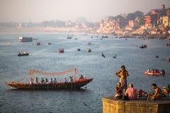 Banken auf dem heiligen Ganges am frühen Morgen Stockfotos