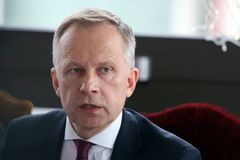 Banken av den Lettland regulatorn Ilmars Rimsevics talar under en presskonferens i Riga, Lettland, 20 Februari 2018 Fotografering för Bildbyråer