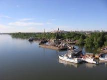 Banken av Obet River i Novosibirsk skepp som förtöjas till pir i sommaren arkivfoto