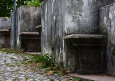 Banken bij de muren van het kasteel Stock Afbeeldingen