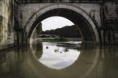 Banken des Flusses überschwemmt Lizenzfreie Stockfotografie