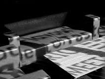 Banken en Lijst in een Lege Zaal stock fotografie