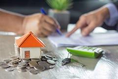 Banken genehmigen Darlehen, um Häuser zu kaufen Grundbesitz? Häuser, Ebenen für Verkauf oder für Miete lizenzfreies stockbild