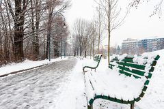 Banken in het brede rijweg met mooi aangelegd landschap Stock Foto