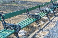 Banken in het park in Belgrad Royalty-vrije Stock Foto's