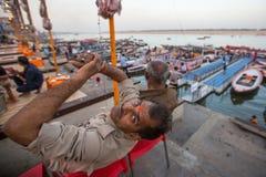 Banken op de heilige rivier van Ganges Stock Foto's