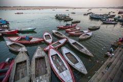 Banken op de heilige rivier van Ganges Stock Afbeeldingen