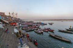 Banken op de heilige rivier van Ganges Stock Fotografie