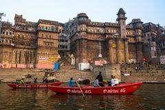 Banken op de heilige rivier van Ganges in de vroege ochtend Stock Fotografie