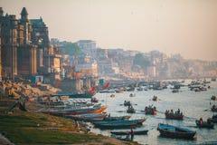 Banken op de heilige rivier van Ganges in de vroege ochtend Royalty-vrije Stock Foto's