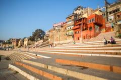 Banken op de heilige rivier van Ganges in de vroege ochtend Royalty-vrije Stock Afbeeldingen