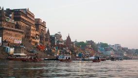 Banken op de heilige rivier van Ganges in de vroege ochtend Stock Foto