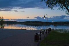 Banken op de waterkant bij nacht Royalty-vrije Stock Afbeeldingen