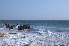 Banken op het strand stock foto's