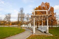 Banken in Overwinningspark, Minsk, Wit-Rusland Royalty-vrije Stock Afbeeldingen