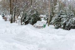 Banken in park na een sneeuwval in de winter Royalty-vrije Stock Fotografie