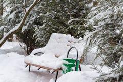 Banken in park na een sneeuwval in de winter Stock Afbeelding