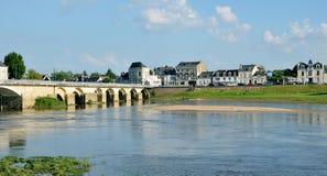 Banken van de rivier van Wenen en oude brug, Chinon, Frankrijk Stock Foto