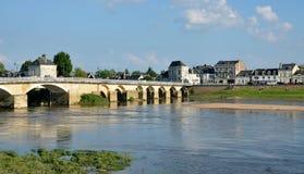 Banken van de rivier van Wenen en oude brug, Chinon, Frankrijk Royalty-vrije Stock Foto