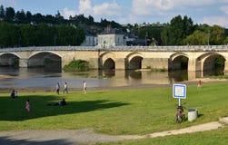 Banken van de rivier van Wenen en oude brug, Chinon, Frankrijk Royalty-vrije Stock Foto's