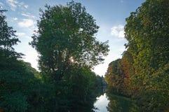 Banken von großartigem Morin-Fluss in Seine- und Marne-Region stockbild