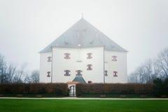 Banken voor renaissancevilla Letohradek verborgen Hvezda als mist, het spelreserve Hvezda, Tsjechische Republiek, de bewolkte her royalty-vrije stock afbeelding