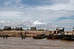 Banker av Tonle underminerar sjön - Cambodja Arkivbilder