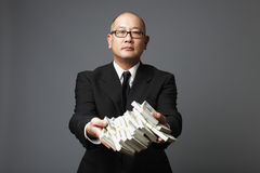 Banker, der Bargeld austeilt stockbilder