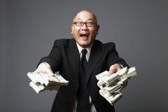 Banker, der Bargeld austeilt Stockfoto