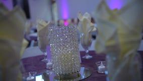 banket close-up van lijst die bij een huwelijk plaatsen stock video