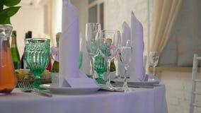 Banket verfraaide lijst, met bestek Huwelijksdecor in de banketzaal Het dienen van een feestelijke lijst, plaat, servet stock video