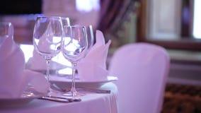 Banket verfraaide lijst, met bestek Huwelijksdecor in de banketzaal Het dienen van een feestelijke lijst, plaat, servet stock videobeelden