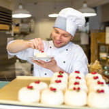 Banketbakker met cakes Stock Fotografie