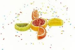 Banketbakkerij het bestrooien en citrusvruchtenwiggen van marmelade  Royalty-vrije Stock Afbeeldingen
